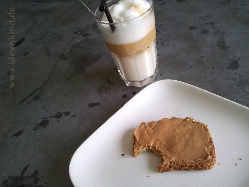 Latte Macchiato und Karamell-Stulle